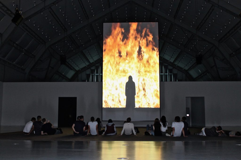Bill Viola. Fire Woman. Video-Ton-Installation. 2005. Ausstellungsansicht Deichtorhallen Hamburg. Ph. Judith Behnk